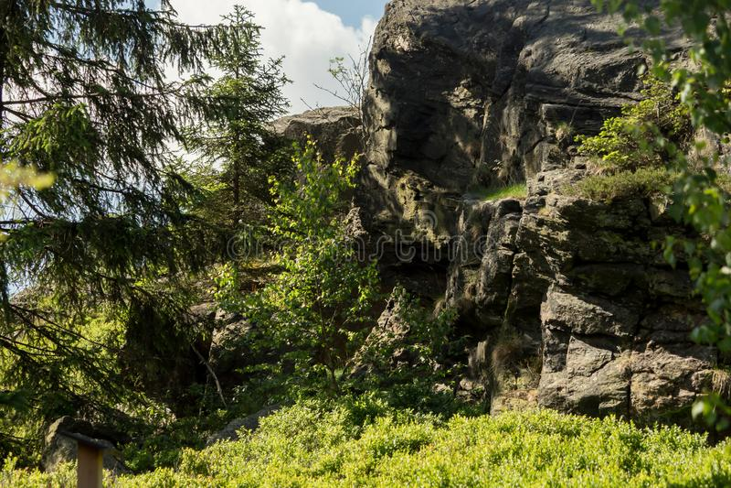 在一座山的巨型岩石与蓝天 库存图片