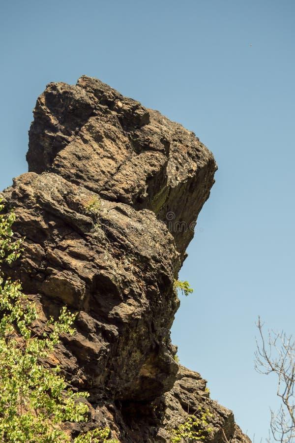 在一座山的巨型岩石与蓝天 免版税库存图片