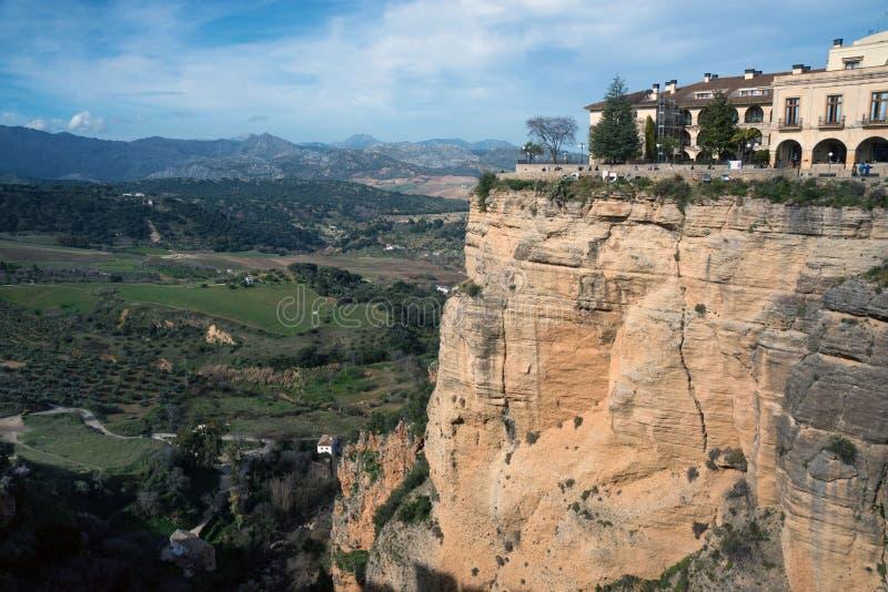 在一座山顶部的美丽的城市在马拉加西班牙省在安大路西亚 ??  免版税库存照片