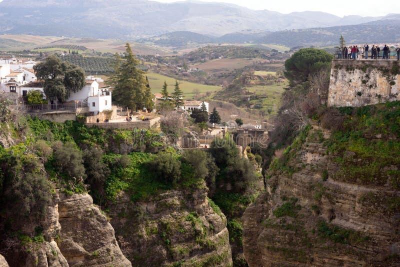 在一座山顶部的美丽的城市在马拉加西班牙省在安大路西亚 ??  库存照片