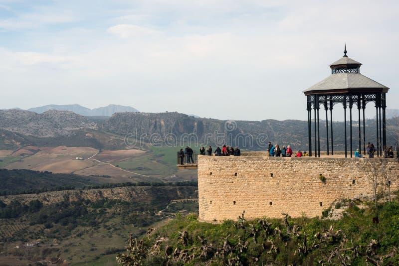 在一座山顶部的美丽的城市在马拉加西班牙省在安大路西亚 ??  免版税库存图片