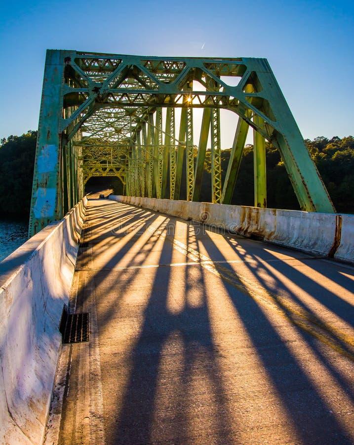 在一座桥梁的日落在Prettyboy水库,在巴尔的摩县 免版税库存图片