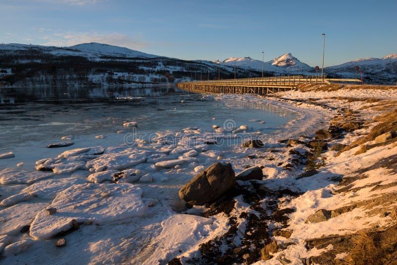 在一座桥梁的日落在Tromsø附近的挪威海湾 免版税库存图片