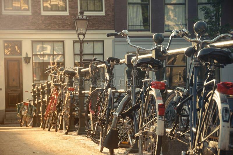 在一座桥梁的自行车在阿姆斯特丹,荷兰 免版税库存照片