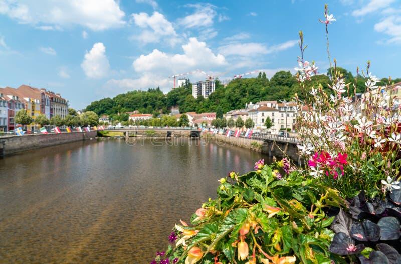 在一座桥梁的花横跨摩泽尔河在埃皮纳勒,法国 免版税库存图片