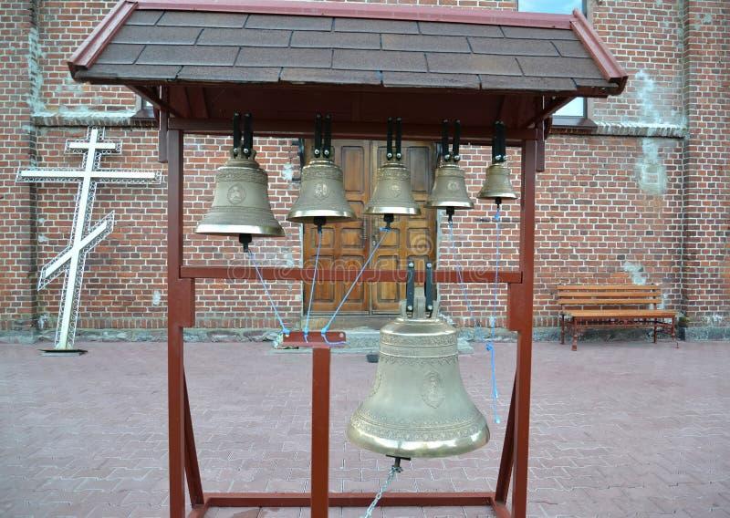 在一座比喻折叠的钟楼的教堂钟 免版税库存图片
