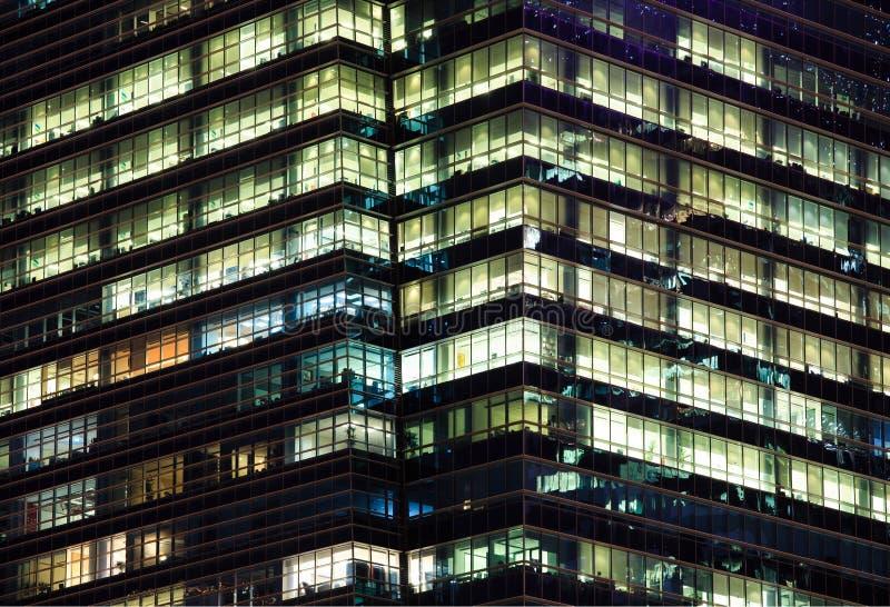 在一座现代办公楼的夜间额外时间 免版税库存图片
