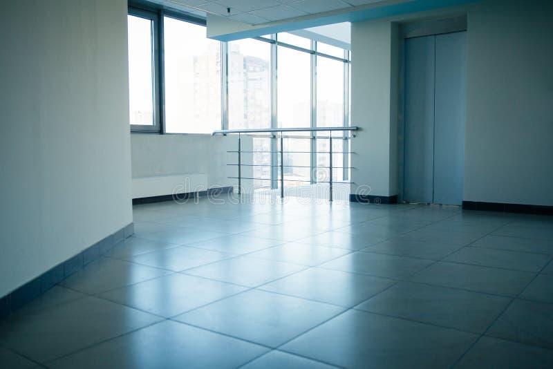 在一座现代办公楼的空的大厅 库存照片