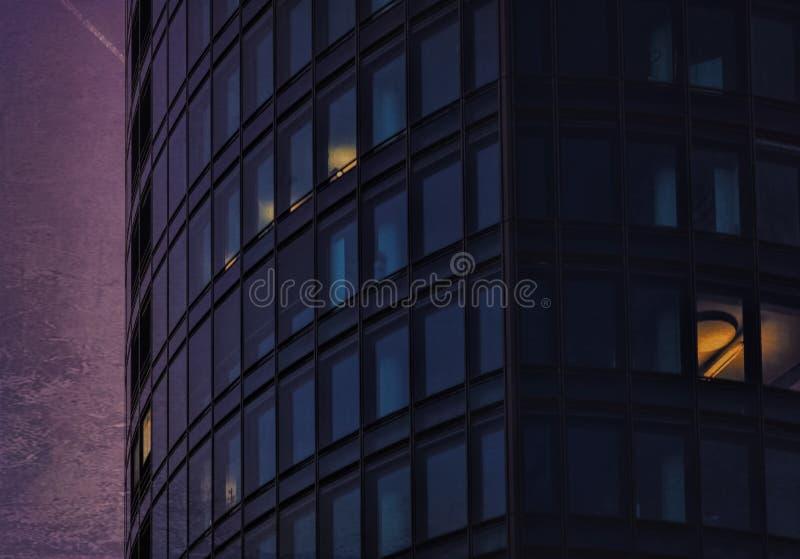 在一座现代办公楼的运作的额外时间 免版税库存照片