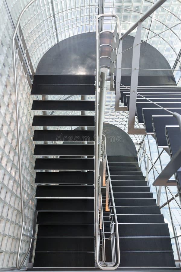 在一座现代办公楼的钢楼梯 免版税库存照片