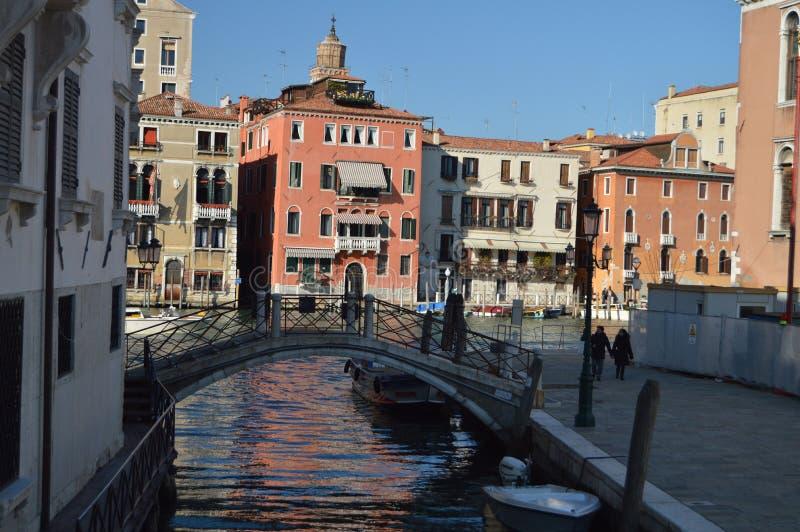 在一座美丽的桥梁后被看见的大运河大厦的好的射击在威尼斯 旅行,假日,建筑学 2015年3月28日 免版税库存照片