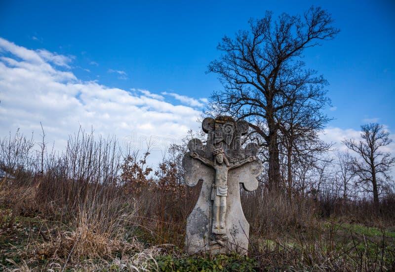 在一座老公墓的十字架 免版税图库摄影