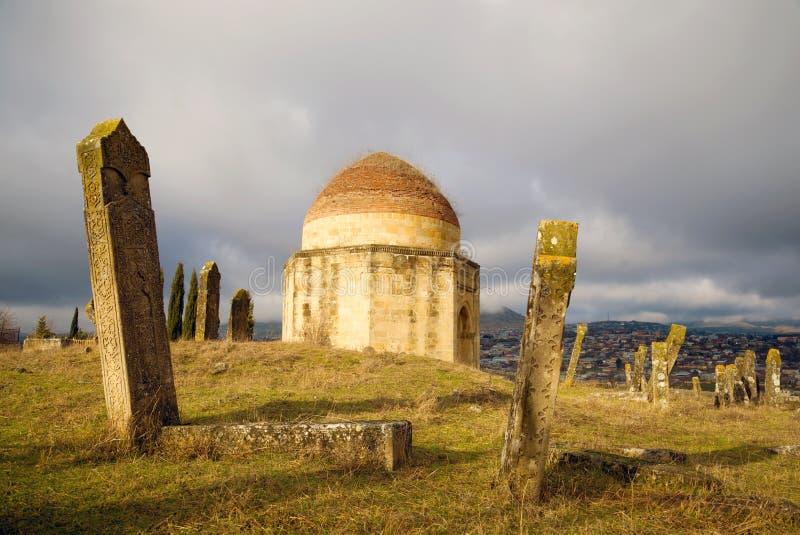 在一座老回教公墓的1月阴沉的天 埃迪Gumbez陵墓复合体 Shamakhi,阿塞拜疆 免版税库存图片