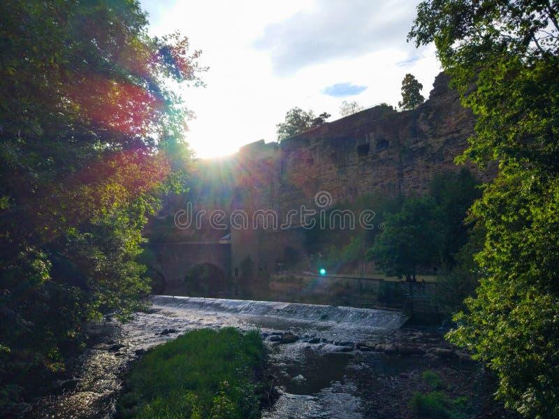 在一座老桥梁的日落有在阿尔泽特河河河沿的一个石塔的在卢森堡老镇,卢森堡市,欧洲 库存照片