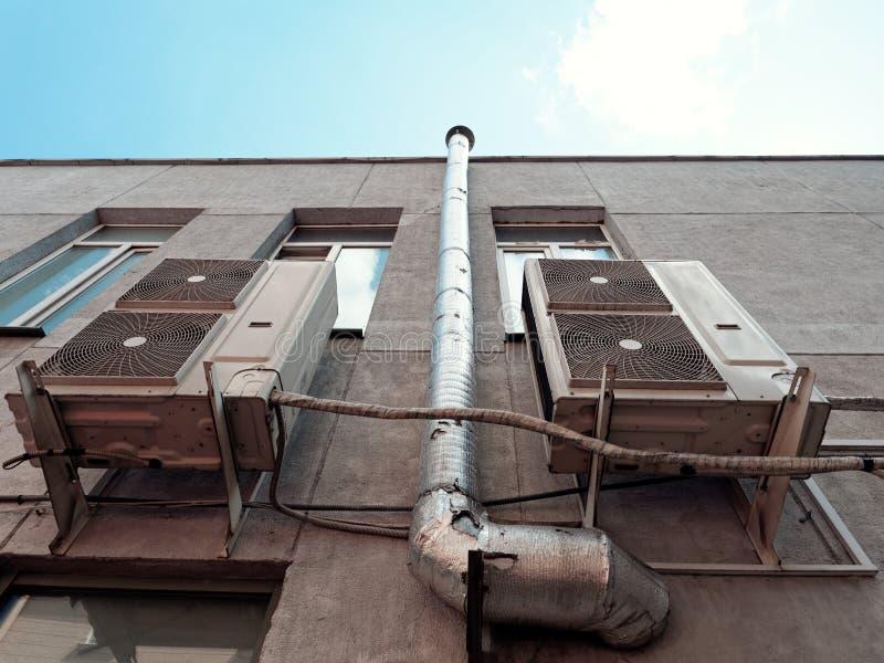在一座高层建筑物的工业透气空调系统 库存图片