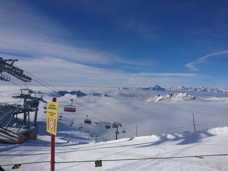 在一座高山的滑雪电缆车 免版税库存图片