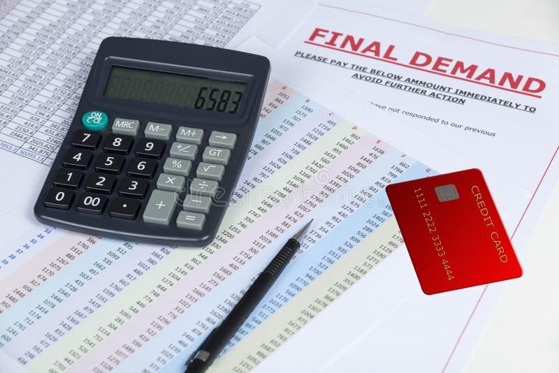 在一张书桌上的最终需求信件有信用卡和计算器的 免版税图库摄影