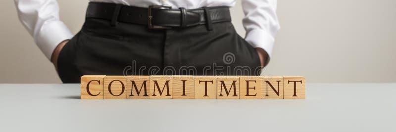 在一张书桌后的商人身分有承诺标志的 库存图片