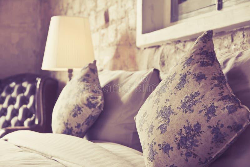 在一张古色古香的豪华床上的枕头 库存照片