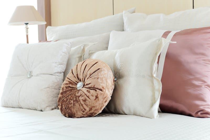 在一张古色古香的豪华床上的枕头 库存图片