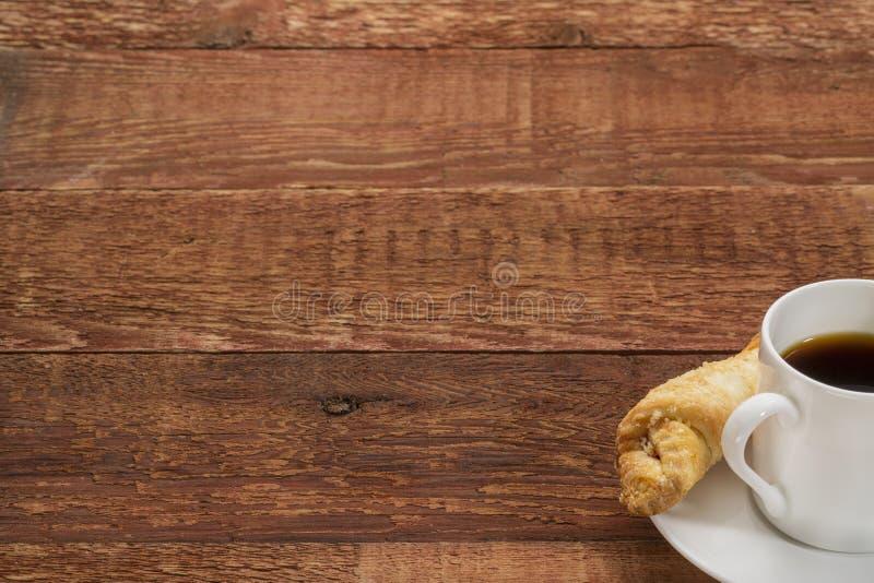 在一张土气木桌上的咖啡 免版税库存照片
