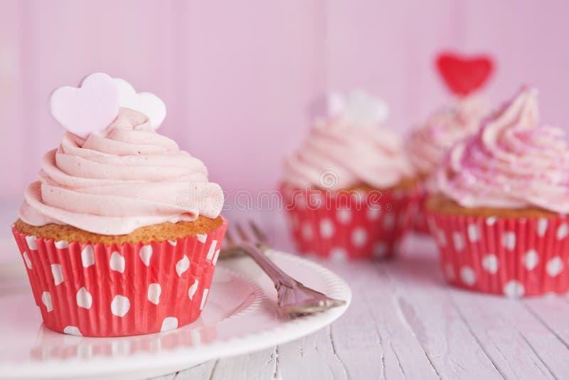 Download 在一张土气桌上的桃红色华伦泰杯形蛋糕 库存图片. 图片 包括有 蛋糕, 水平, 人们, 装饰, 饮料, 华伦泰 - 62534645