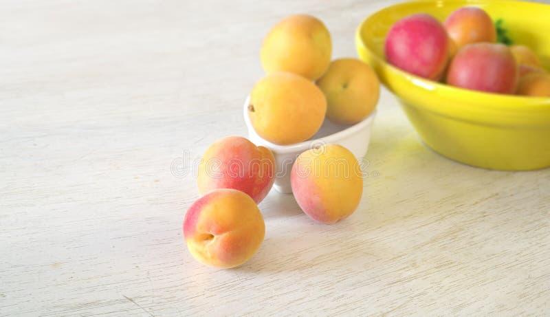 在一张土气桌,选择聚焦,健康吃上的新鲜和鲜美杏子,节食 免版税库存图片