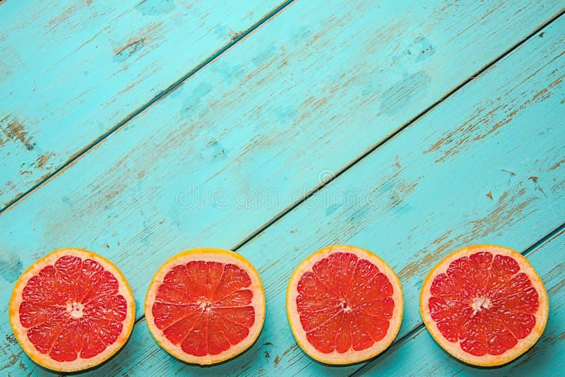 在一张土气蓝色桌上的葡萄柚 库存图片
