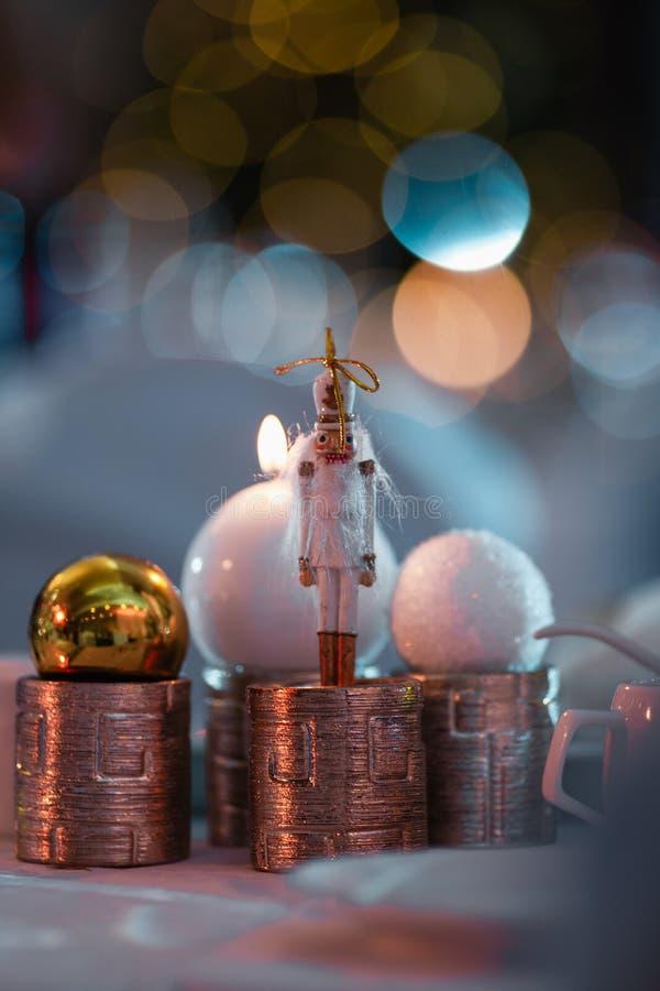 在一张圣诞装饰桌上的胡桃钳在一个新年庆祝党期间 免版税库存照片