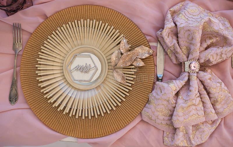 在一张婚礼桌上的壮观的商品在壮观的古色古香的样式 免版税库存照片