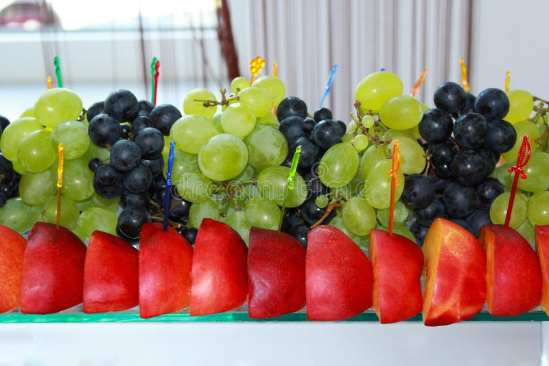 在一张庆祝的桌上的各种各样的果子 免版税库存照片