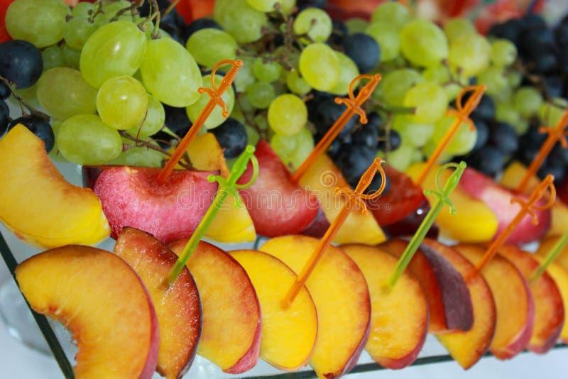 在一张庆祝的桌上的各种各样的果子 免版税图库摄影