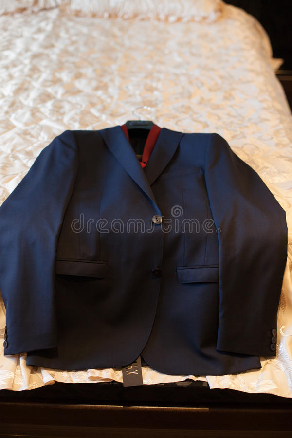 在一张床上的典雅的豪华新郎的衣服在旅馆客房, preparat 库存图片
