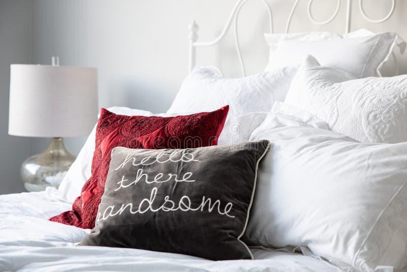 在一张床上的枕头在一间明亮的屋子 库存图片