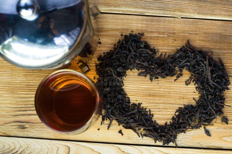 在一张服务的桌上的酿造的茶与酿造 库存照片