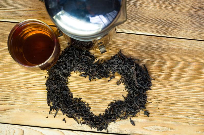 在一张服务的桌上的酿造的茶与酿造 免版税库存图片
