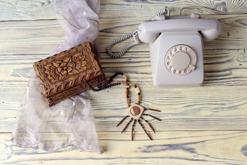 在一张木桌上的一个老电话 免版税库存图片