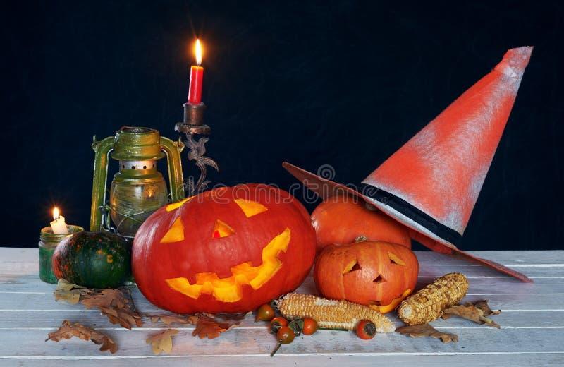 在一张木桌上的万圣夜南瓜头 免版税库存照片