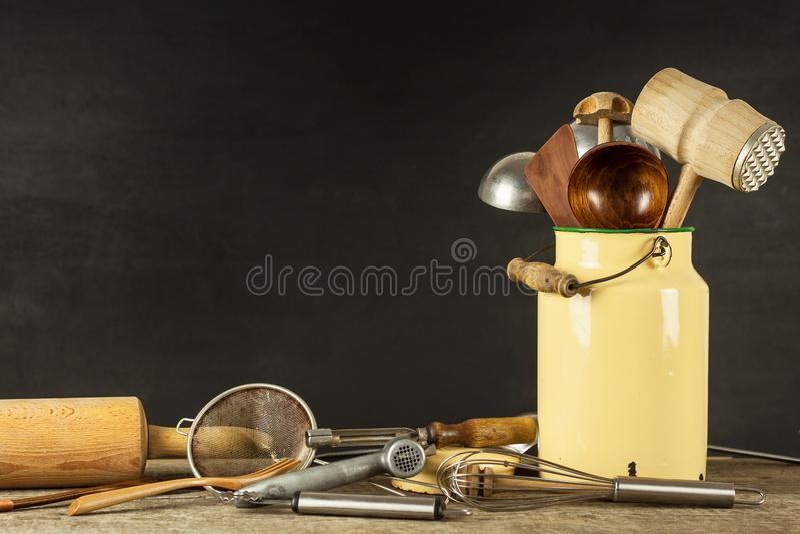 在一张木桌上的厨房工具 Cook& x27; s工具 农村烹调的传统设备 库存照片
