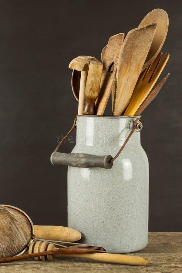在一张木桌上的厨房工具 Cook& x27; s工具 农村烹调的传统设备 库存图片