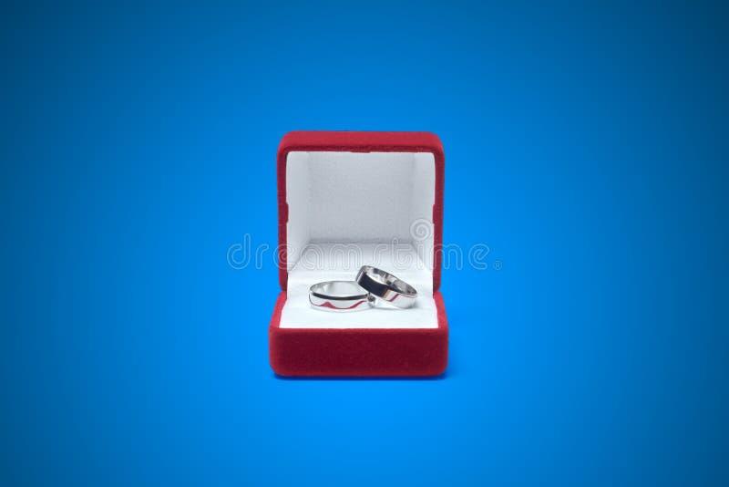 Download 在一张木桌上的婚戒 库存例证. 插画 包括有 反映, 白金, 路径, expertize, 小箱, 背包 - 72355984