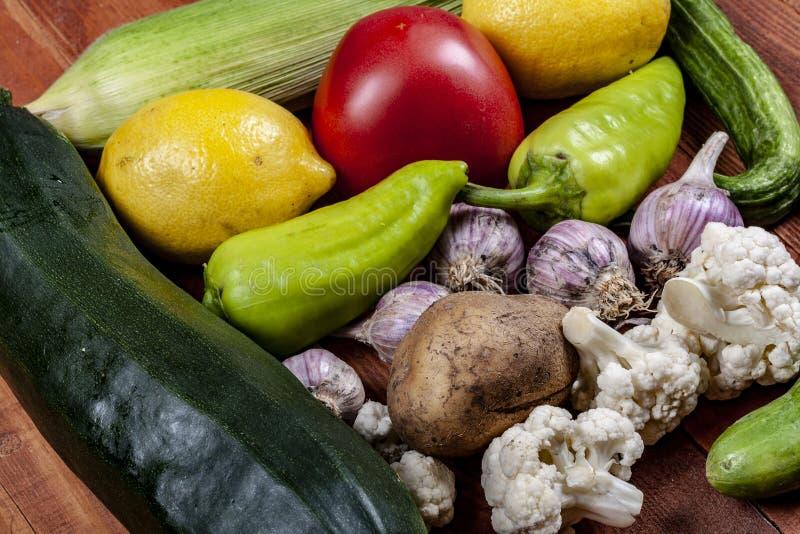 在一张木桌上的很多新鲜蔬菜 库存图片