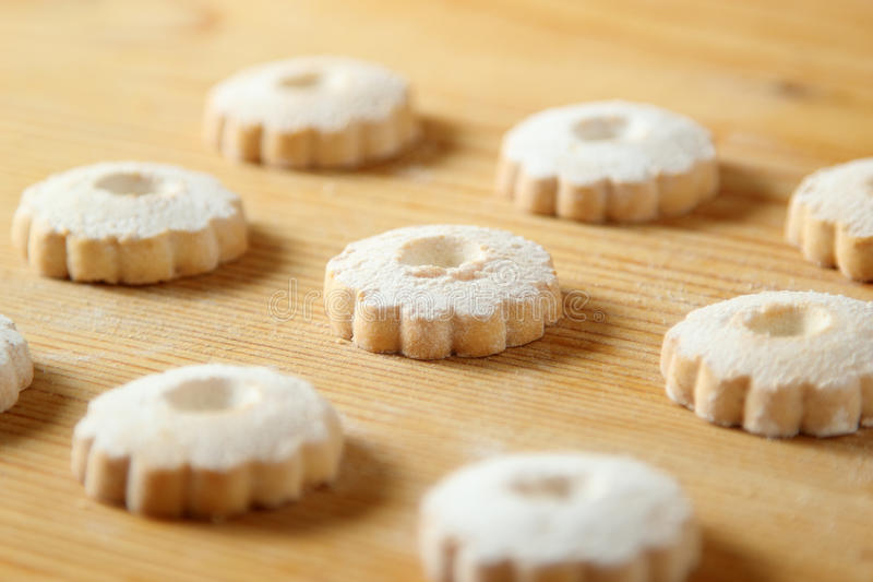 在一张木桌上的意大利canestrelli曲奇饼 免版税库存照片