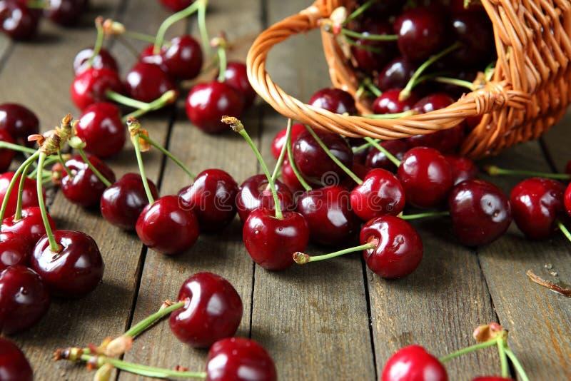 在一张木桌上的成熟樱桃 免版税库存图片