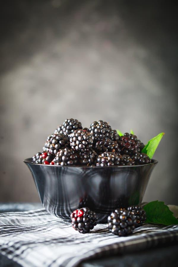 在一张木桌上的成熟黑莓 可能 免版税库存照片