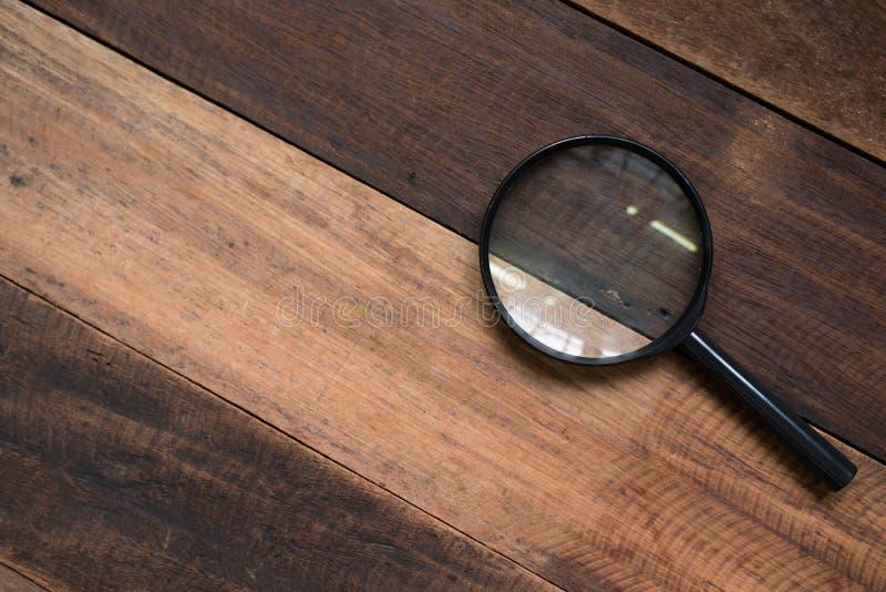 在一张木桌上的放大镜 免版税库存照片