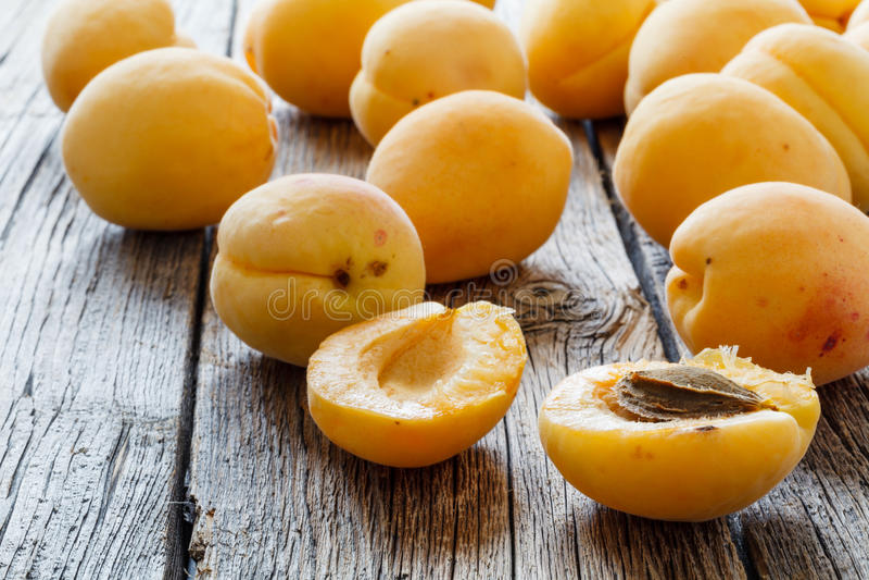 在一张木桌上的新鲜的杏子 免版税库存照片
