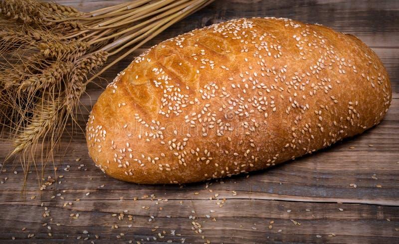 在一张木桌上的新鲜的芬芳面包 自创热的酥皮点心与 库存照片