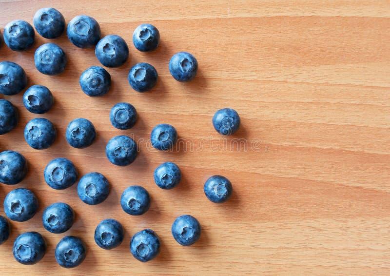 在一张木桌上的新鲜的蓝莓 顶视图 新鲜的越桔特写镜头 库存照片