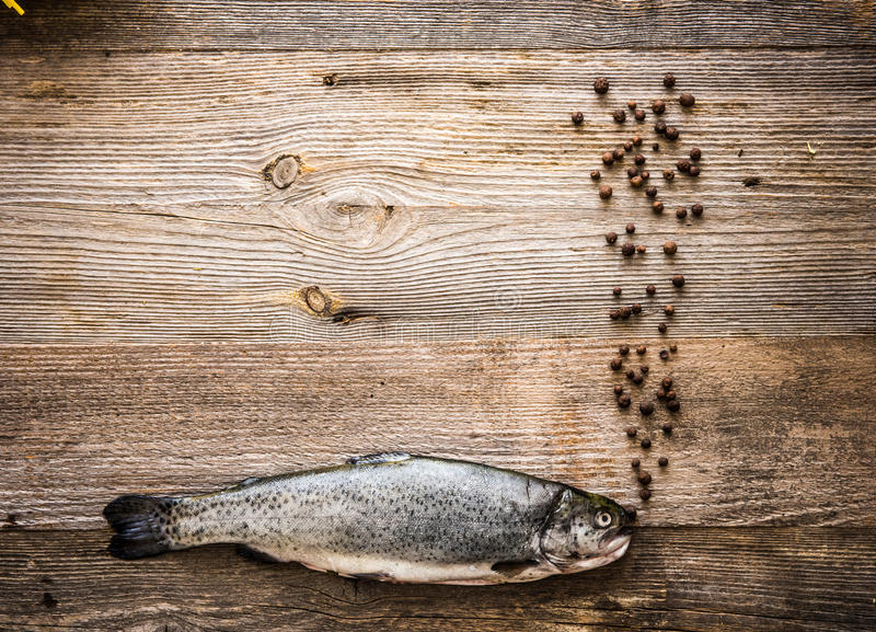 在一张木桌上的新鲜的鳟鱼 库存图片
